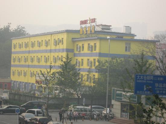 Home Inn Beijing Xidan Dayuecheng: 站在大悦城北门二层人行平台上就可以看到酒店全貌