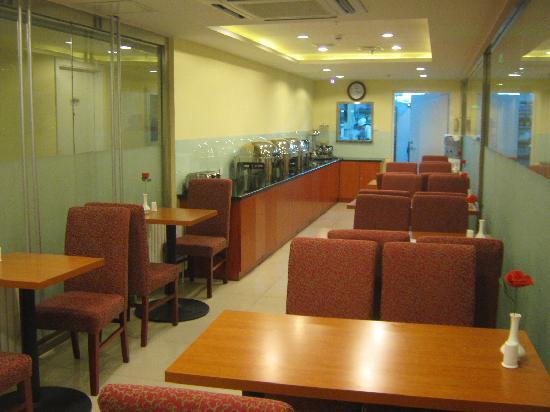 Hanting Express Beijing Huayuanqiao: 每个餐桌上都摆了一枝红花
