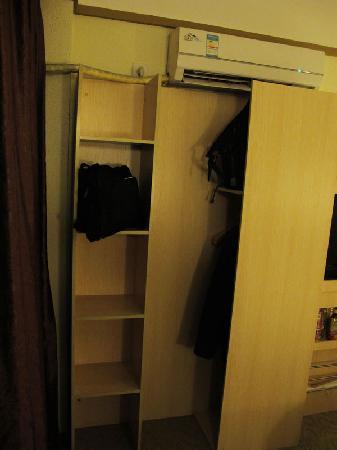 Langem Yizhan Hotel: 大衣柜
