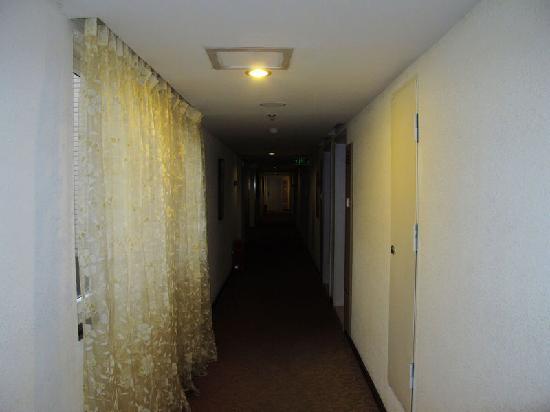 Langem Yizhan Hotel: 客房走廊