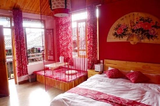 Youguo Inn : 霁红名来源于古代瓷器烧制的工艺名称,在这里,轻舞唯美的线帘,热闹喜庆的配色为你营造了独一无二的视觉享受;全室采用实木手工家具,自然舒适;室内配有懒人沙发及榻榻米,您可以坐在榻榻米上,轻酌普洱,