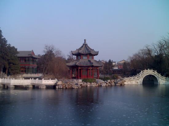 Baoding, Çin: 湖中亭阁