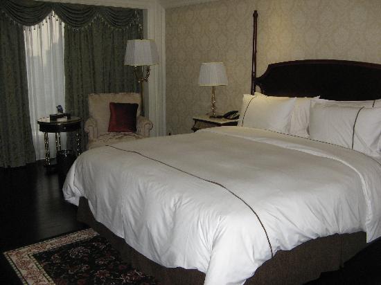 La Palazzo Hotel: 床和落地窗