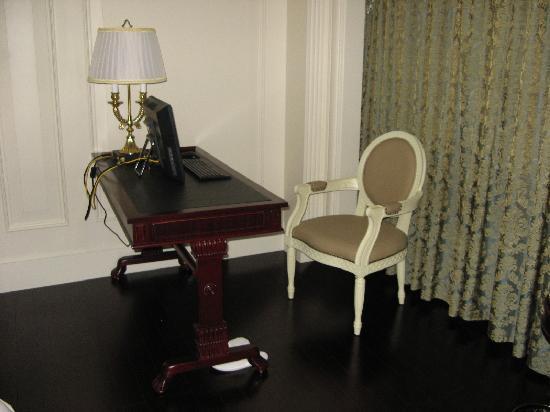 La Palazzo Hotel: 写字台和电脑