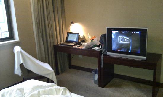 Nanyuan Inn Shanghai Hutai: 房间内看书桌