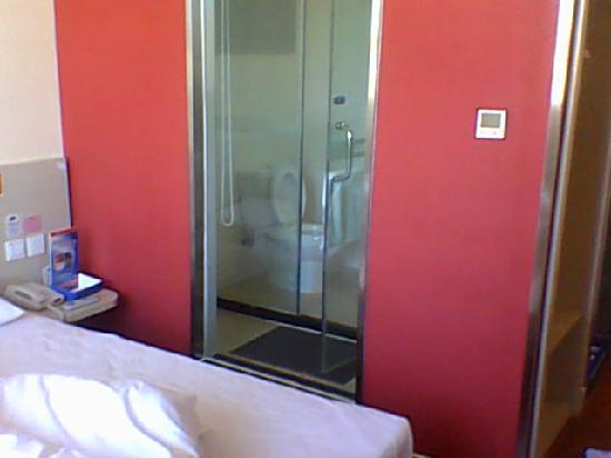 Hanting Express Beijing Water Cube: 房间内的卫生间、淋浴间和洗漱处,淋浴间另有一道门,洗漱处被左边的墙挡住