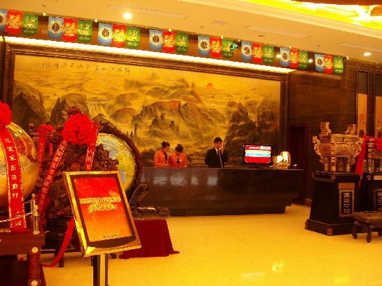 Junyi Dongfang Hotel: 宽阔的大堂一角,拥挤的各色礼品甚至侵占了大堂前台的空间