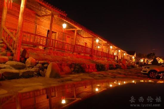 Shuifoshan Hotspring Villa: 木屋夜景