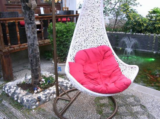 Yi Lu Yang Guang Inn : 院子里的摇椅