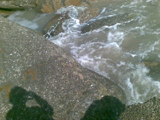 Tide island: 大沙湾的礁石,海浪很美