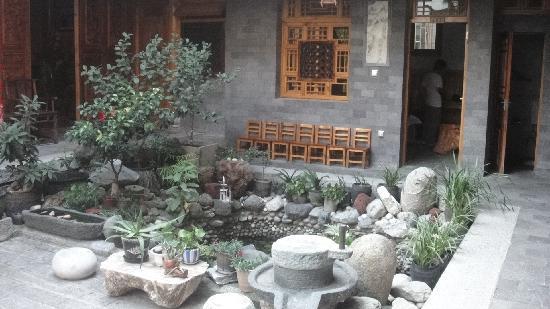 Moonshine Inn: 院子里面的小水池