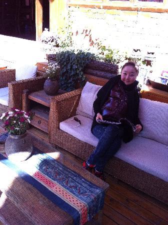 Huifeng Inn Shuhe: 在院子里晒太阳,看一本喜欢的书,如果再来杯咖啡就完美了!嘿嘿