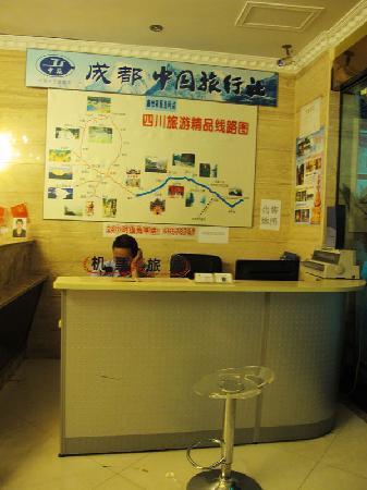 Yijia Inn Chengdu Wuhouci: 大堂内的旅行社代理点