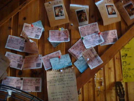 Dashu Guest House : 大厅里大家留下的车票