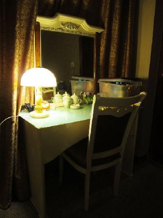 Wangyuan Hotel Chengdu Changfa: 客房内桌子