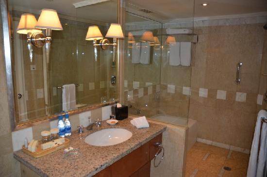 Kai Wah Plaza International Hotel: 卫生间还有浴缸
