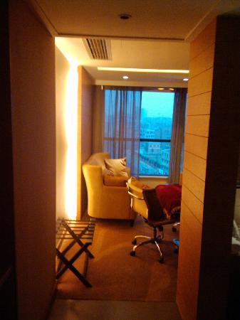 America's Best Inn & Suites: 进门看到的休憩区域