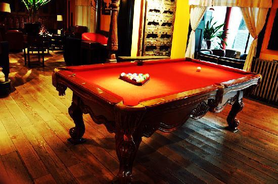 Face Boutique Hotel: 酒吧一角,桌球台很有特色。
