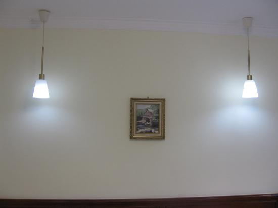 Shanghai International House for Education: 床头的两盏吊灯