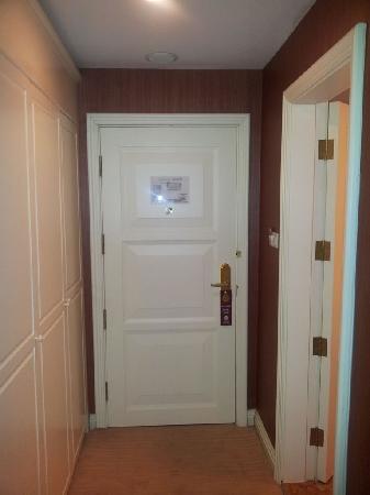 Eiffelton Hotel: 门口的衣柜和卫生间