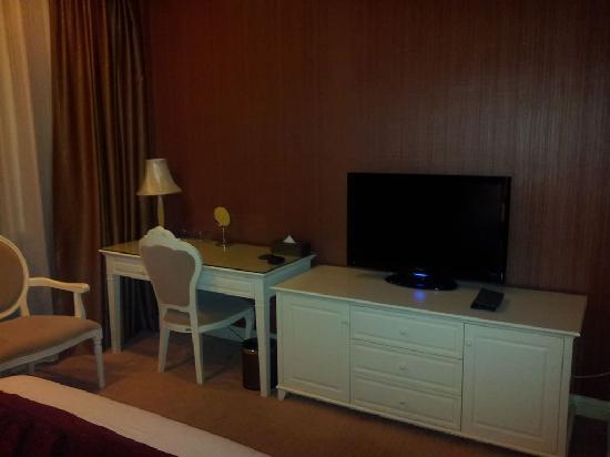 Eiffelton Hotel: 写字台和电视