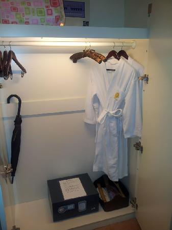 Eiffelton Hotel: 衣柜里面有保险箱