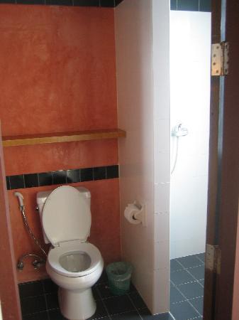 พีพี อินซูล่า: 厕所和浴室稍微分开了的
