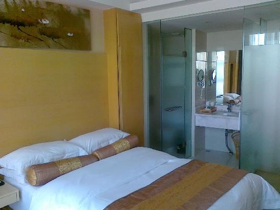 Jinse Yangguang Holiday Hotel: 紧凑的卫生间