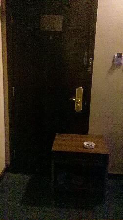 Yaodu Hotel: 抵着门休息