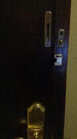 Anguo, China: 被撬过的门