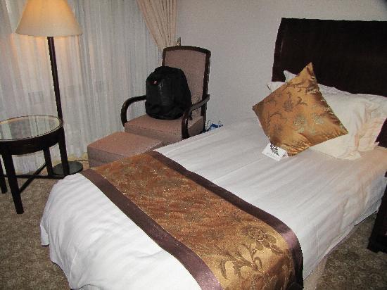 Hotel Equatorial Shanghai: 小床,很小,要掉下来的。