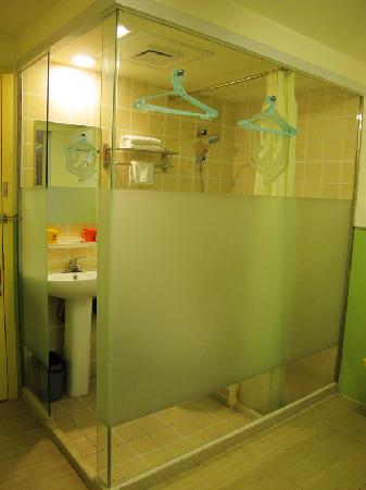 99 Inn Chengdu Huaishu Street: 卫生间在一个玻璃房内