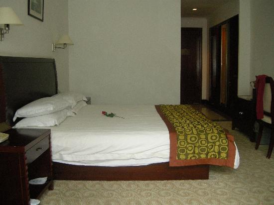 Lushan Hotel (Hexi Road) : 刚收拾好的,床上会放一束玫瑰花