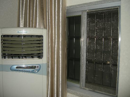 Lushan Hotel (Hexi Road) : 再仔细看看窗户,而且是不能开的