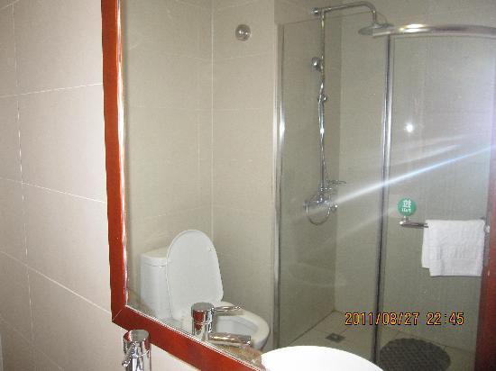 Donglinge Hotel: 客房——卫生间——镜子