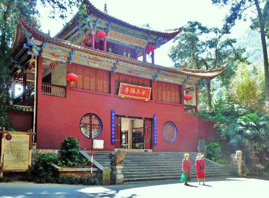 Huating Temple : 昆明华亭山腰茫茫林海中的华亭禅寺