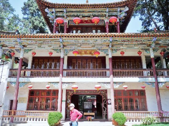 Huating Temple : 昆明华亭禅寺内的撞钟楼