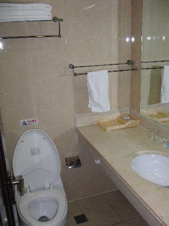 Xin Tian Di Hotel: 干净的卫生间
