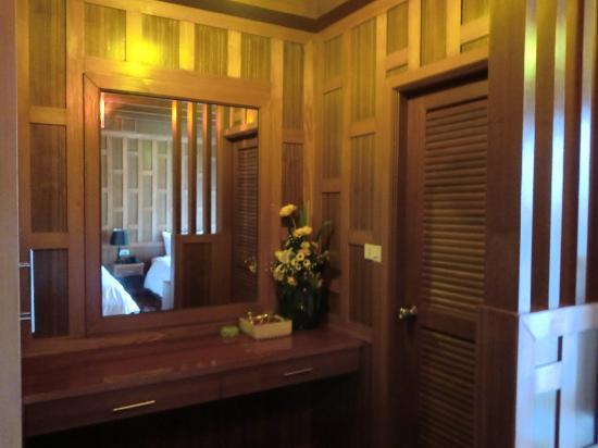 JJ Residence: 门里面是卫生间,洗澡还不错,水挺热的