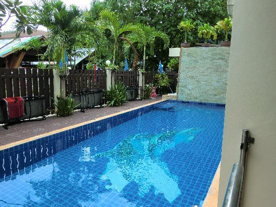 JJ Residence: 迷你游泳池