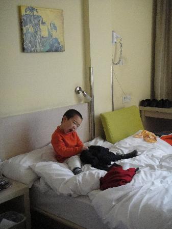 Hanting Express (Hangzhou Xihu Dadao): 儿子在床上玩