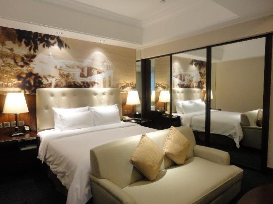 City Hotel Xiamen : 新装修的8号楼A区客房很大气 很有特色 壁画说是鼓浪屿图 哈哈 我爱照镜子