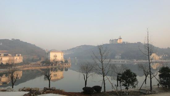 Tianducheng Resort: 酒店旁的天都公园人工湖