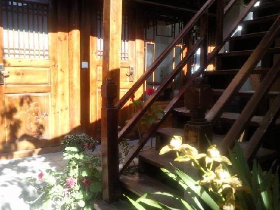 Tonghua Guest House (Xixili Villa): 质朴盘旋的木楼梯