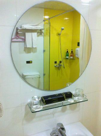 Paco Business Hotel Guangzhou Tianhe: 镜子里能看到淋浴区