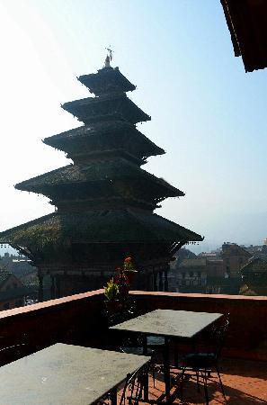 Pagoda Guest House: 在露天上就能看到尼亚波塔拉神庙
