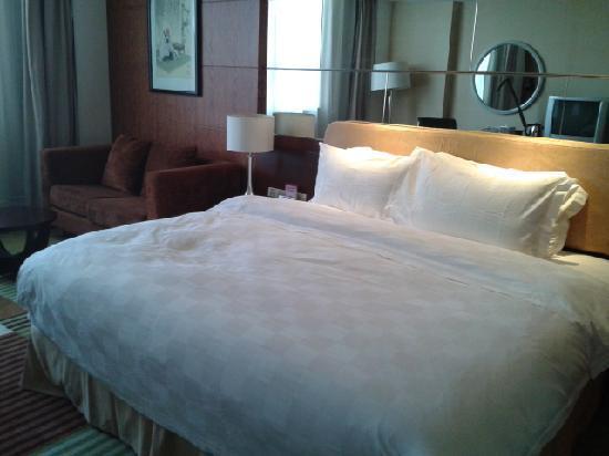 Huarui Danfeng Jianguo Hotel: 超大床很软很舒服