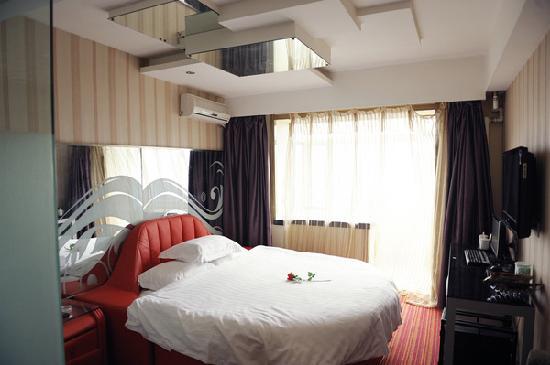 Baofeng Hotel Harbin Xuanhua: 圆床