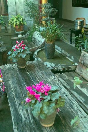 Haiyuelou hostel: 院子里鲜花盛开