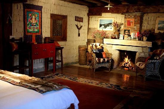 The Home Tibetan Home: 有壁炉的卧房